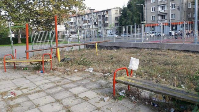 Дворът на училището в Бургас