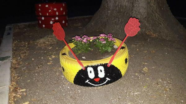 Усмихната гума саксия в Бургас