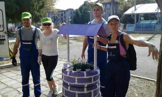 Част от екипа на Овергас в Бургас с една от гумите саксии